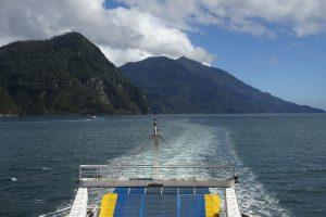 Barcaza en los fiordos chilenos